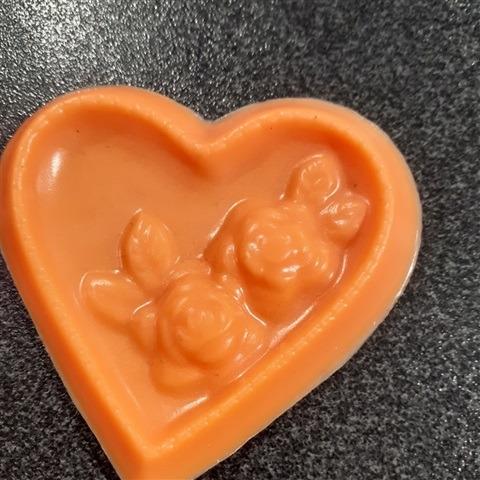 sapone-cuore-con-rose-arancia